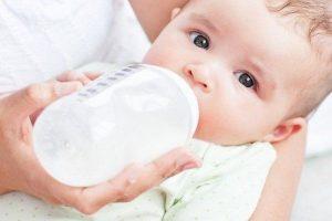 Trẻ sơ sinh bú sữa mẹ bị táo bón thì nên uống sữa gì?