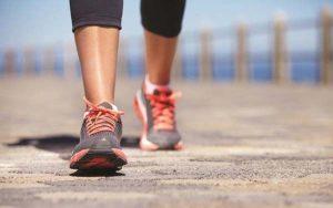 Người bị thoái hóa khớp gối có nên đi bộ, tập yoga không?