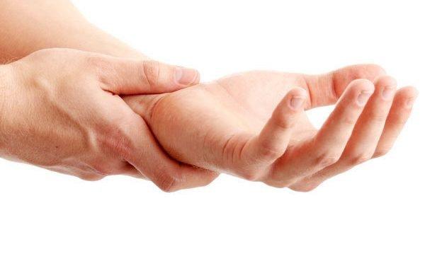 Tìm hiểu phụ nữ sau sinh bị tê tay chân có nguy hiểm không?