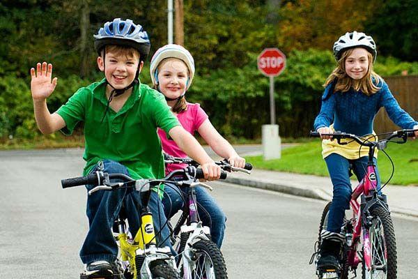 cho trẻ vận động giúp giảm táo bón hiệu quả