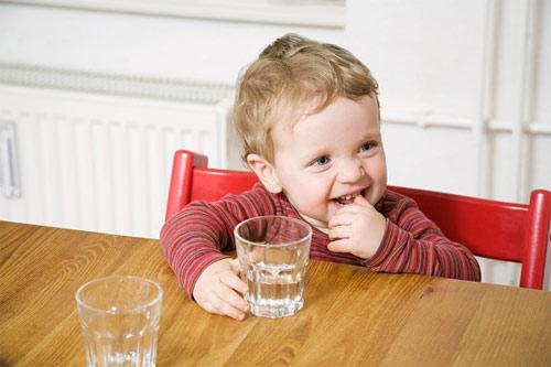 Điều trị táo bón cho trẻ bằng cách cho bé uống đầy đủ nước
