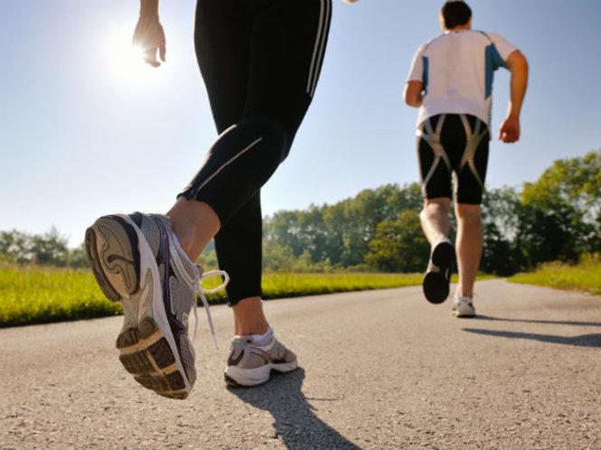 bị đau thần kinh tọa nên đi bộ và buổi sáng hoặc chiều