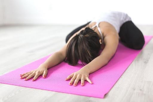 bài tập yoga tốt cho tử cung tư thế em bé