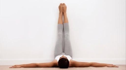 bài tập yoga tốt cho tử cung - tư thế gác chân lên tường