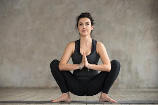 bài tập yoga tốt cho tử cung tư thế ngồi xổm