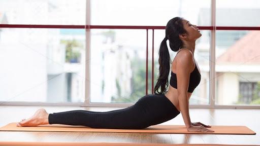 bài tập yoga tốt cho tử cung tư thế rắn hổ mang