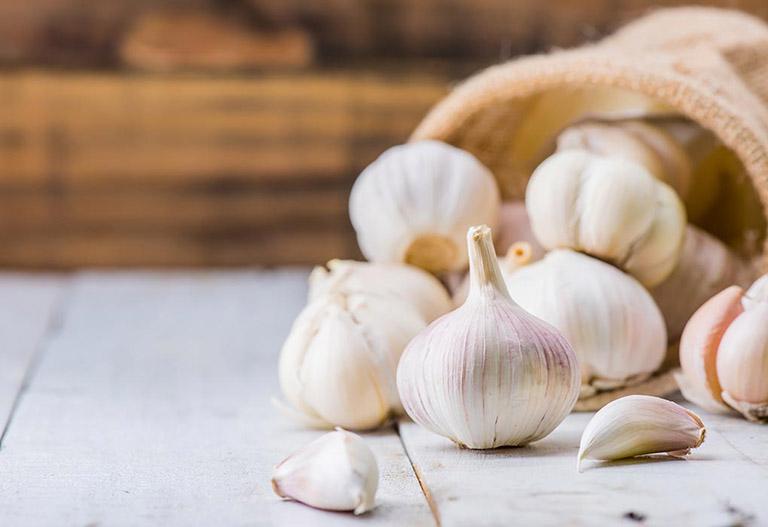 6 mẹo chữa bệnh trĩ bằng tỏi dễ làm, giảm sưng đau búi trĩ