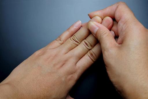 bài tập kéo ngón tay chữa tê tay