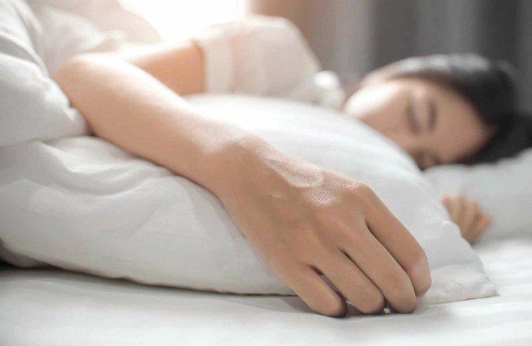 tê bì chân tay khi ngủ