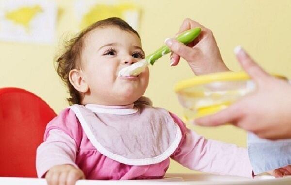Cho trẻ ăn dặm sớm có thể khiến bé bị táo bón