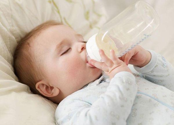 Trẻ táo bón do uống sữa công thức không phù hợp