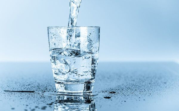 Bổ sung nước đầy đủ để hỗ trợ cải thiện táo bón