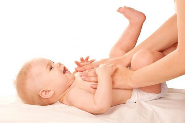 Lưu ý khi massage chữa táo bón cho bé