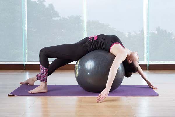 Bài tập với bóng yoga cho người thoái hóa đốt sống lưng