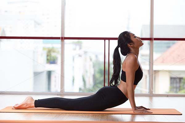 Tư thế yoga rắn hổ mang cho người thoái hóa đốt sống cổ