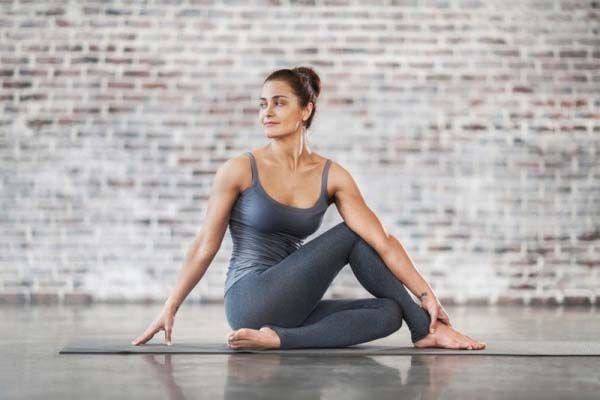 Tư thế yoga xoay nửa người