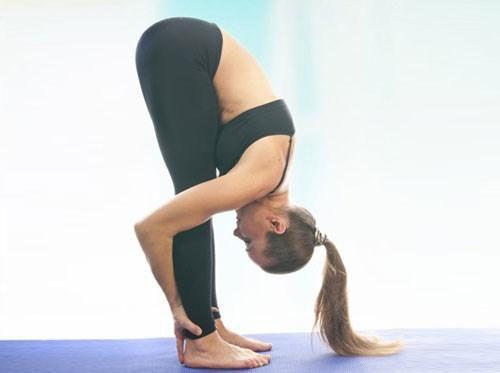 Bài tập yoga gập người cho người thoái hóa đốt sống cổ