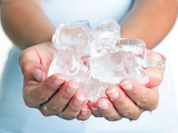 Chườm đá lạnh giúp giảm đau sau khi đi vệ sinh