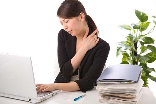 Ngồi trước máy tính quá lâu có thể gây thoái hóa đốt sống cổ