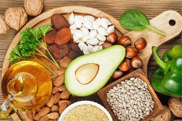 Các loại vitamin D, E, K có trong thực phẩm giúp hỗ trợ cấu trúc xương khớp, tăng cường hấp thụ canxi cho xương chắc khỏe