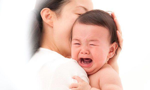 Bé quấy khóc khiến mẹ mất ngủ