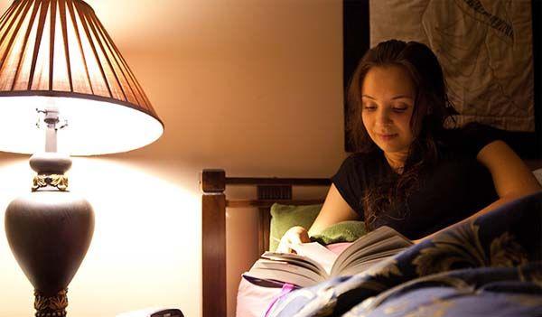 Đọc sách trước khi ngủ để thư giãn và ngủ ngon hơn