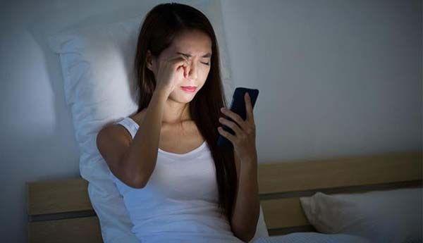 Lạm dụng thiết bị điện tử có thể gây căng thẳng, mất ngủ