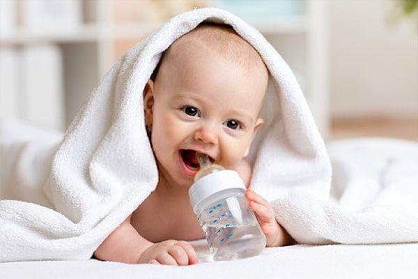 trẻ ăn dặm bị táo bón nên uống nhiều nước