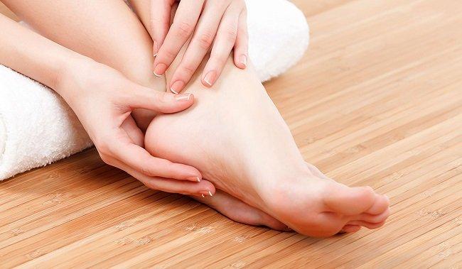 Tự bấm huyệt chữa tê chân tại nhà