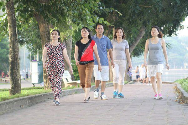 Bài tập đi bộ hỗ trợ bệnh nhân Parkinson