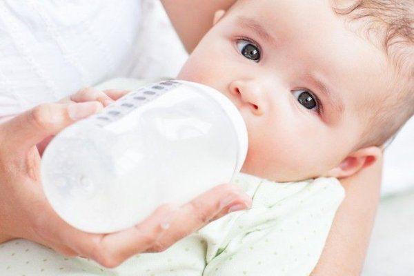 Trẻ sơ sinh uống sữa gì không bị táo bón