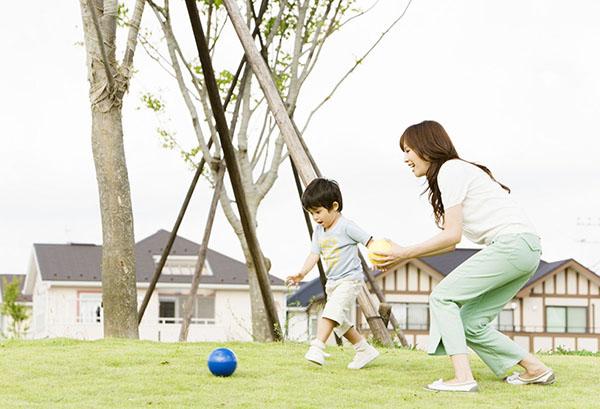 Trẻ vận động mạnh, sai tư thế có thể gây tê chân tay