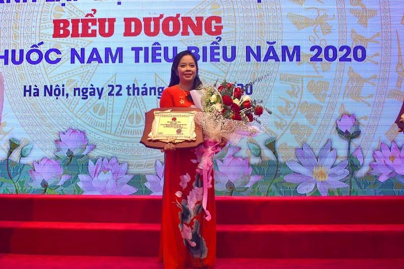Bà Trần Mỹ linh lên nhận giải thưởng doanh nghiệp sản xuất thuốc nam tiêu biẻu