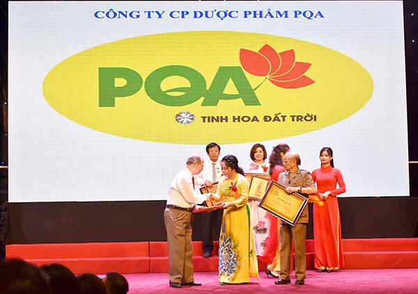 TGD Trần Mỹ Linh trên bục nhận giải thưởng