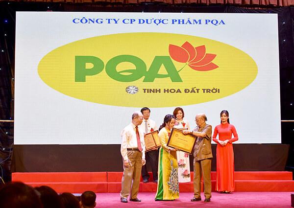 Công ty Dược Phẩn PQA lên nhận giải Cống Hiến