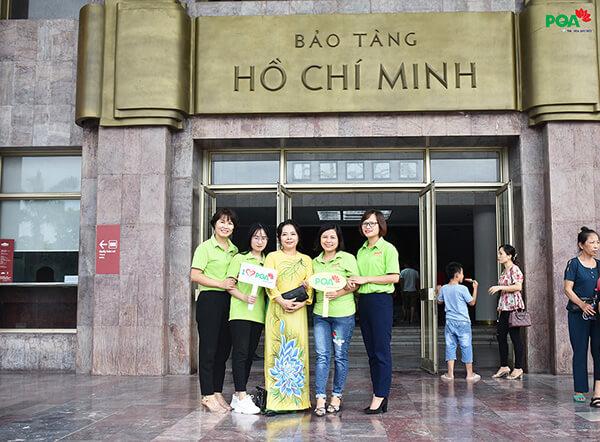 Trước cửa bảo tàng Hồ Chí Minh