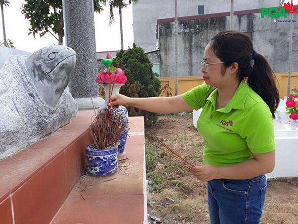 Đại diện pqa thắp hương mộ nghĩa trang liệt sĩ