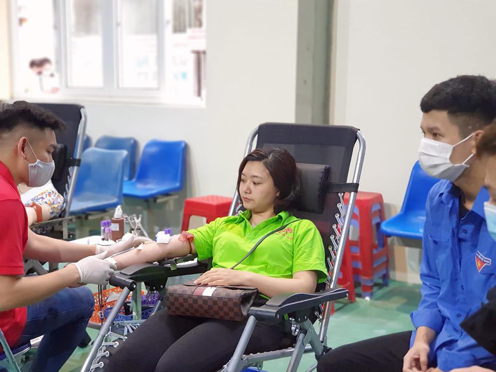 nhân viên pqa tham gia hiến máu